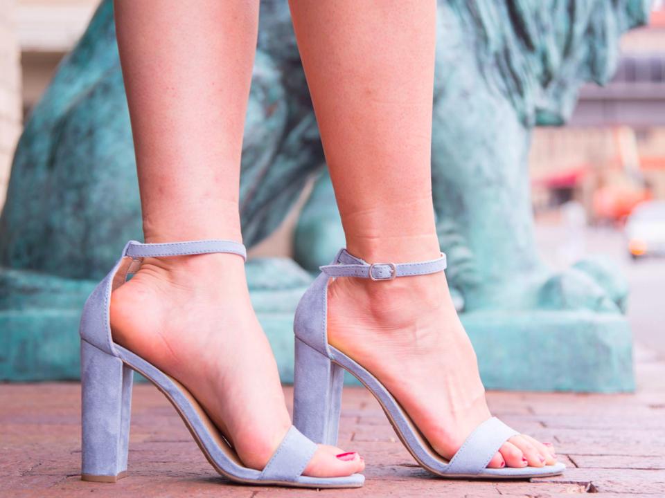 ペイレスのアンクルストラップヒールを着用したモデルの足