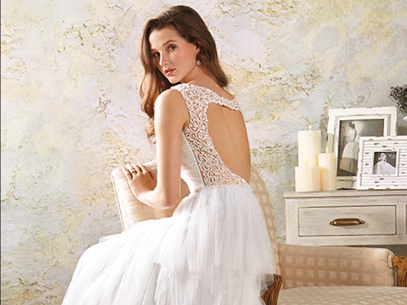 アルフレッド・アンジェロ・ブライダルのウェディングドレスを着用したモデル