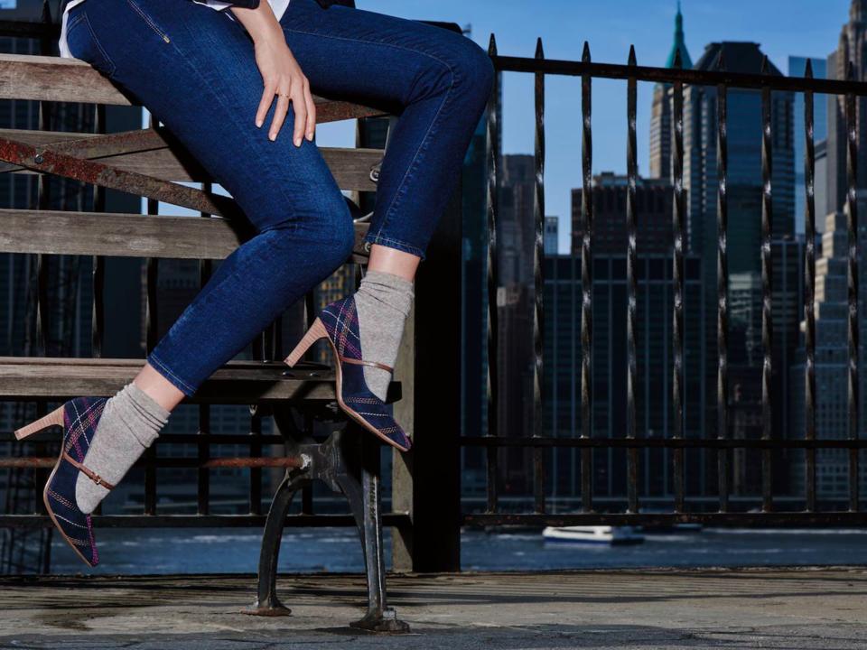 エアロソールズのストラップ付きハイヒールを着用したモデルの脚