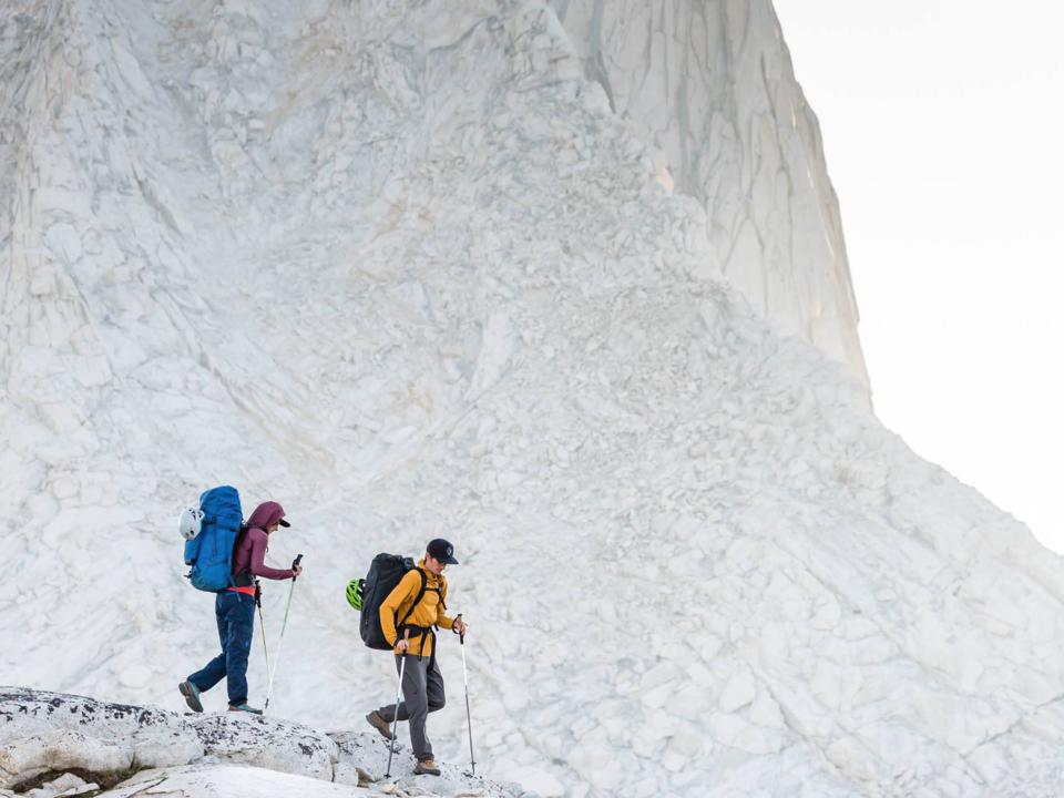 登山する2人組