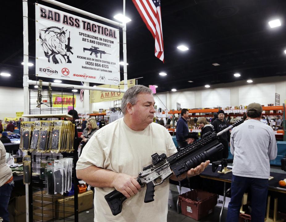 銃を手に取る男性