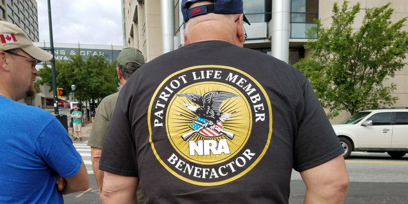 NRAのTシャツを着た白人男性