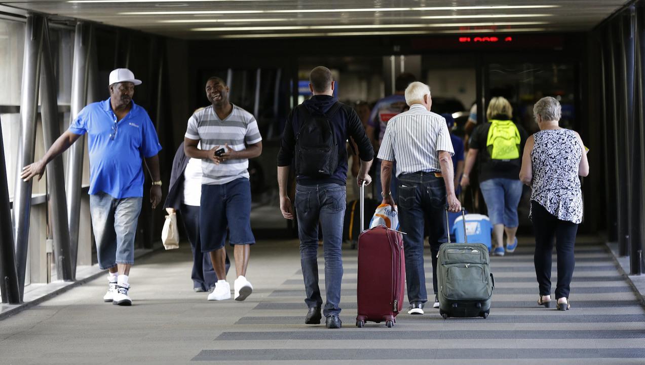 空港の施設内を歩く人たち