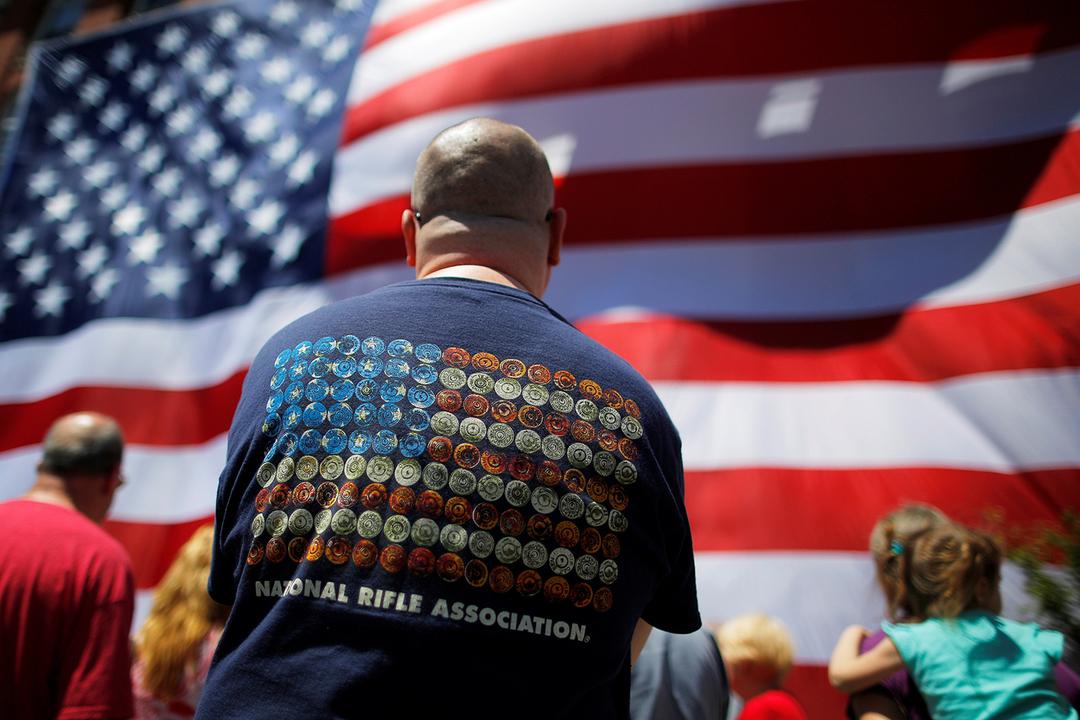NRAのシャツを着た男性の後ろ姿