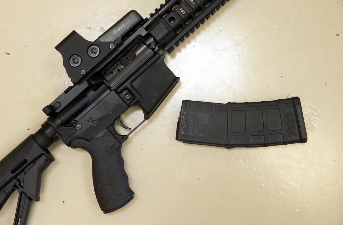 セミオートマチックのライフルと弾倉
