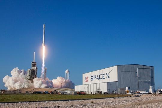 ファルコン9ロケットの打ち上げ風景