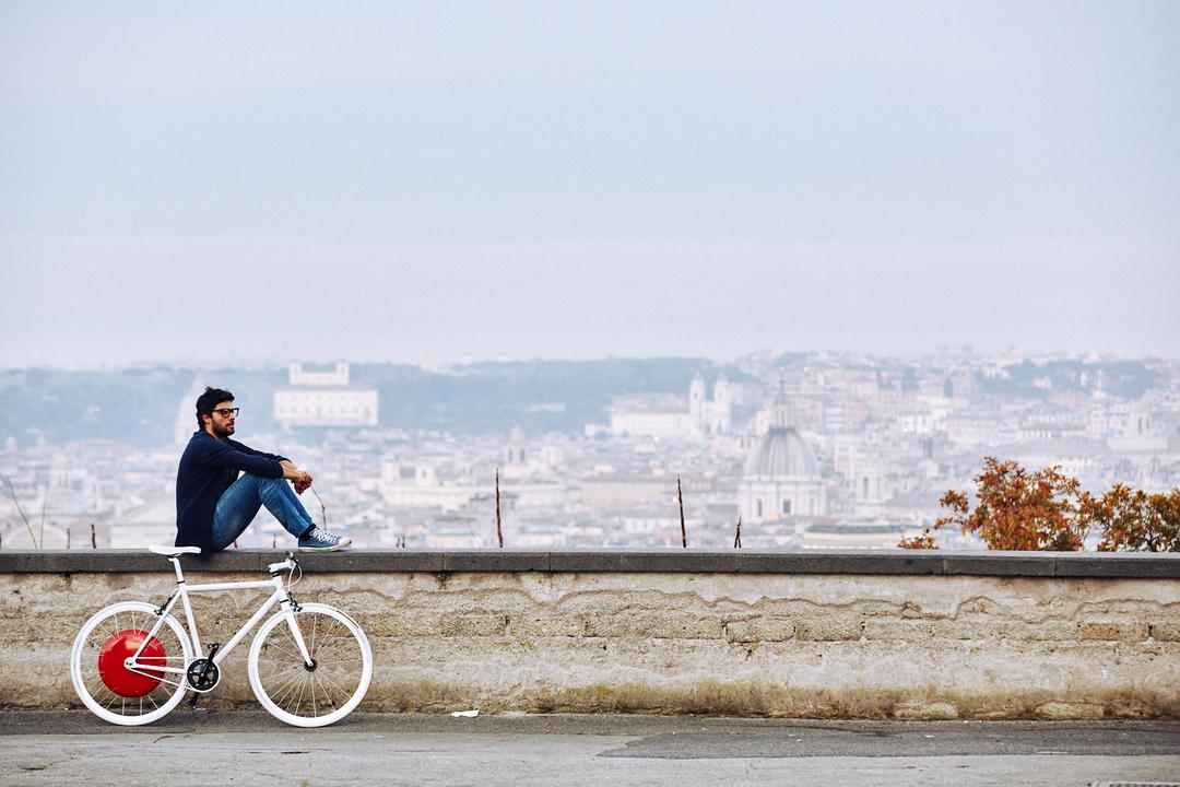 自転車の脇で休憩する男性