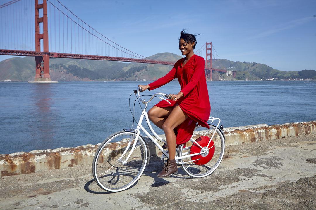 サイクリングをする女性