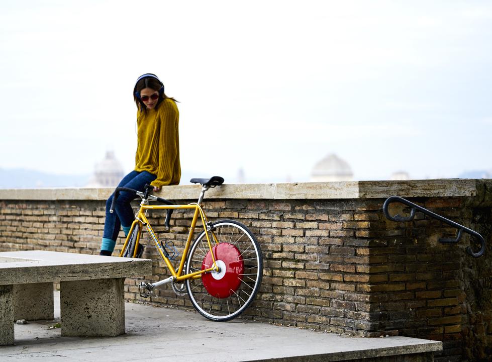 自転車の近くで休憩する女性