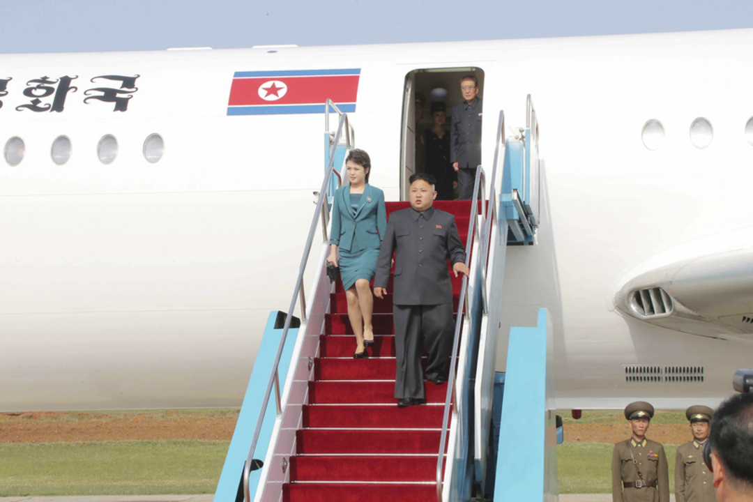 飛行機から降りる金正恩氏と李氏