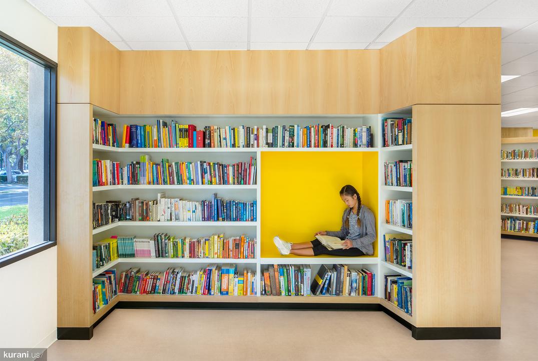 図書室で読書する少女