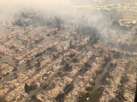 街がなくなった。カリフォルニアの山火事被害を示す2枚の写真