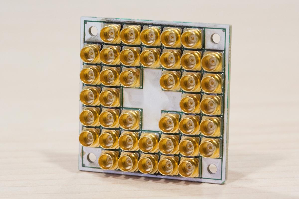 インテルの17量子ビット超伝導テストチップ
