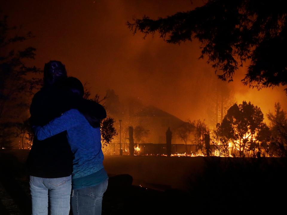 家が燃える様子を見ていた2人の女性