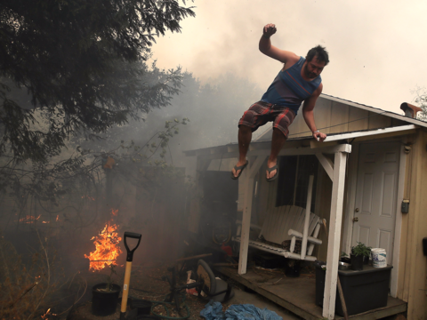 カリフォルニアの山火事、被害は広がる —— 現地からの写真と動画
