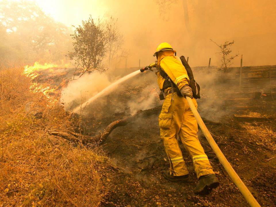 消火活動にあたる消防士