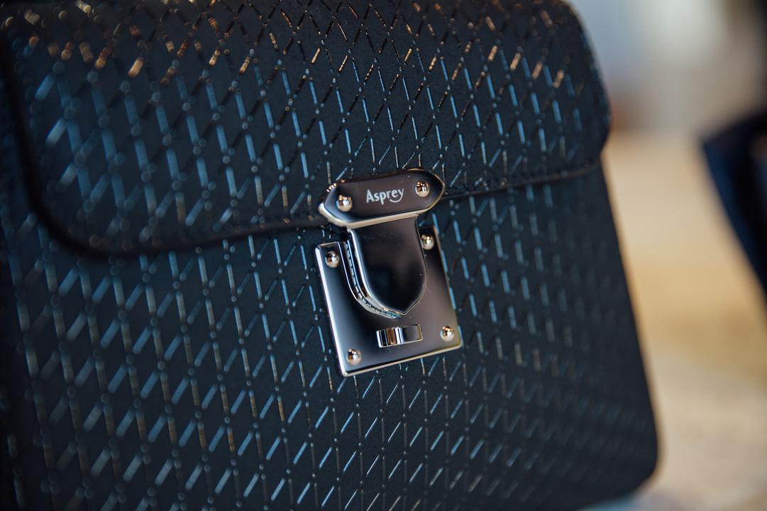 アスプレイの「167」ハンドバッグ ブラック・オン・ブラック クロスハッチ