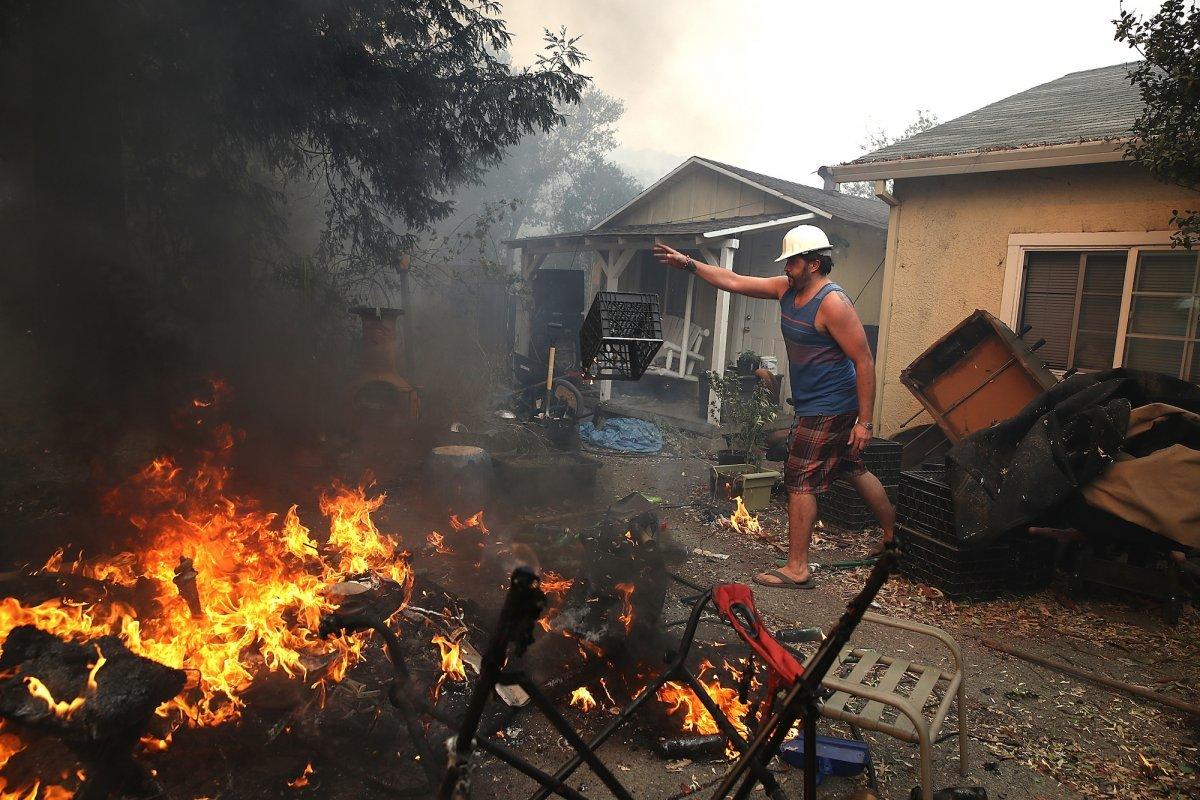 自宅から避難する住民。10月9日。