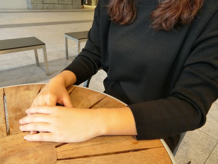 女子大学院生の手元写真