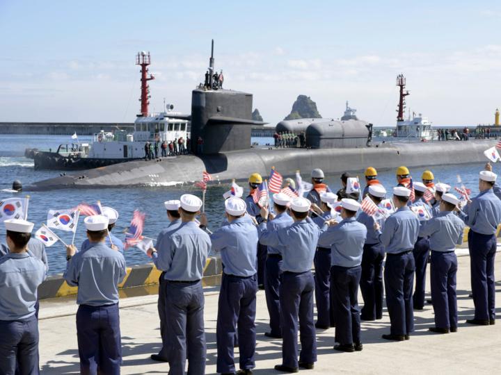 原子力潜水艦ミシガンの出港風景