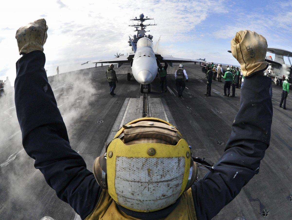 F/A-18をカタパルトに誘導