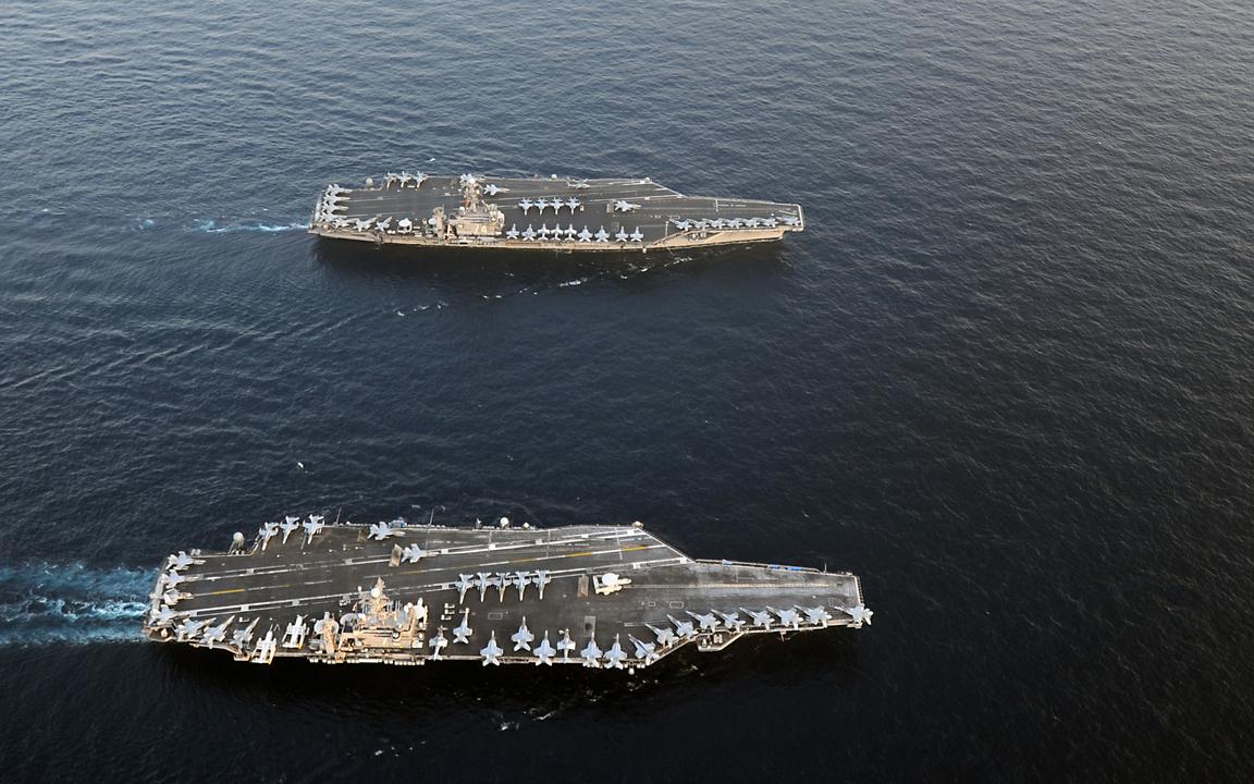 アラビア海での作戦に参加する空母エイブラハム・リンカーンとジョン・C・ステニス。