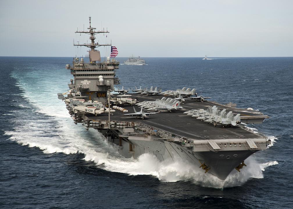 大西洋を打撃群とともに航行する空母エンタープライズ。