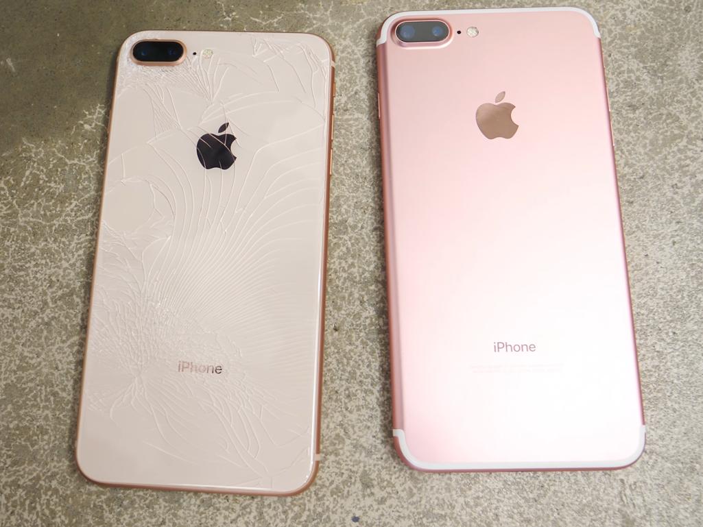 ひび割れたiPhone 8 Plusの背面(左)と割れていないiPhone 7 Plusの背面