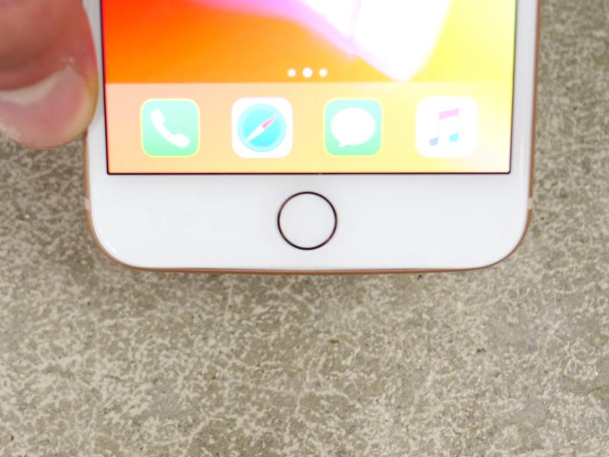 アルミフレームが歪んだiPhone 8 Plus(前面)