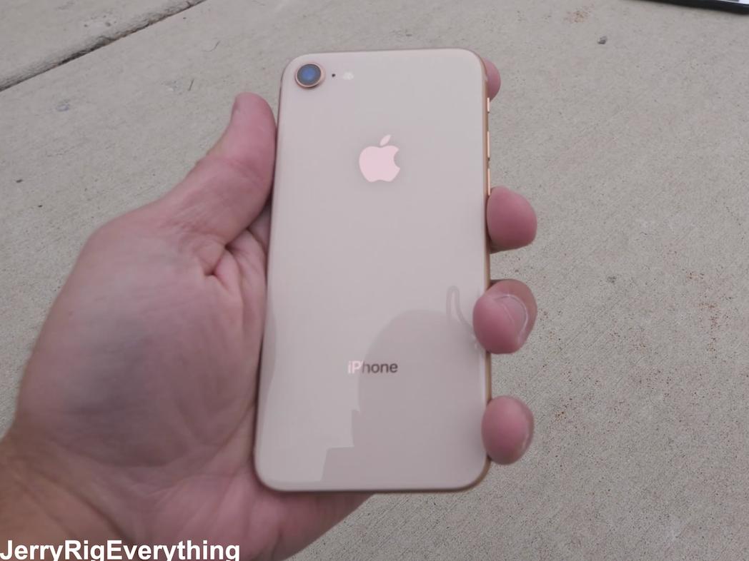 割れていないiPhone 8の背面
