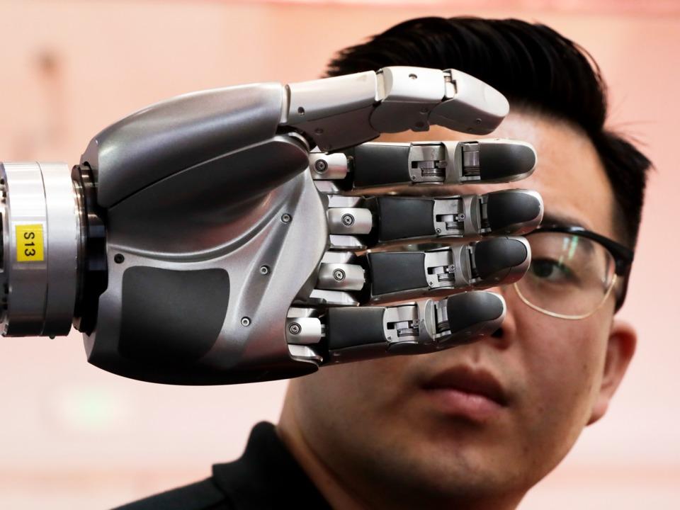 ロボット「バイオニック・マン」の調整を行うエンジニア