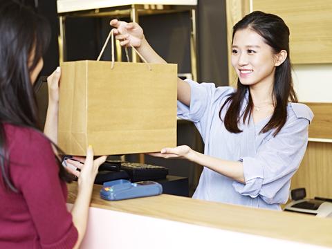 「疲れていても笑顔でないとだめ?」留学生アルバイトの眼に映る「日本」