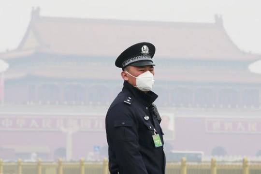マスクを着用する警察官