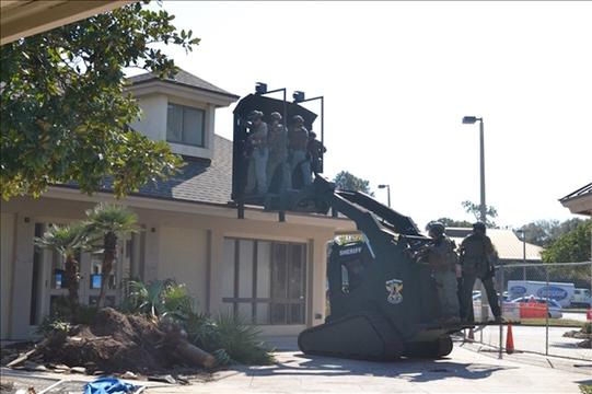 高さ11フィート(約3.4メートル)まで持ち上げられるため、警察官は建物の2階からも突入できる。