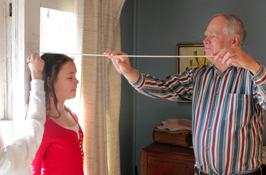 女の子の身長を測る男性