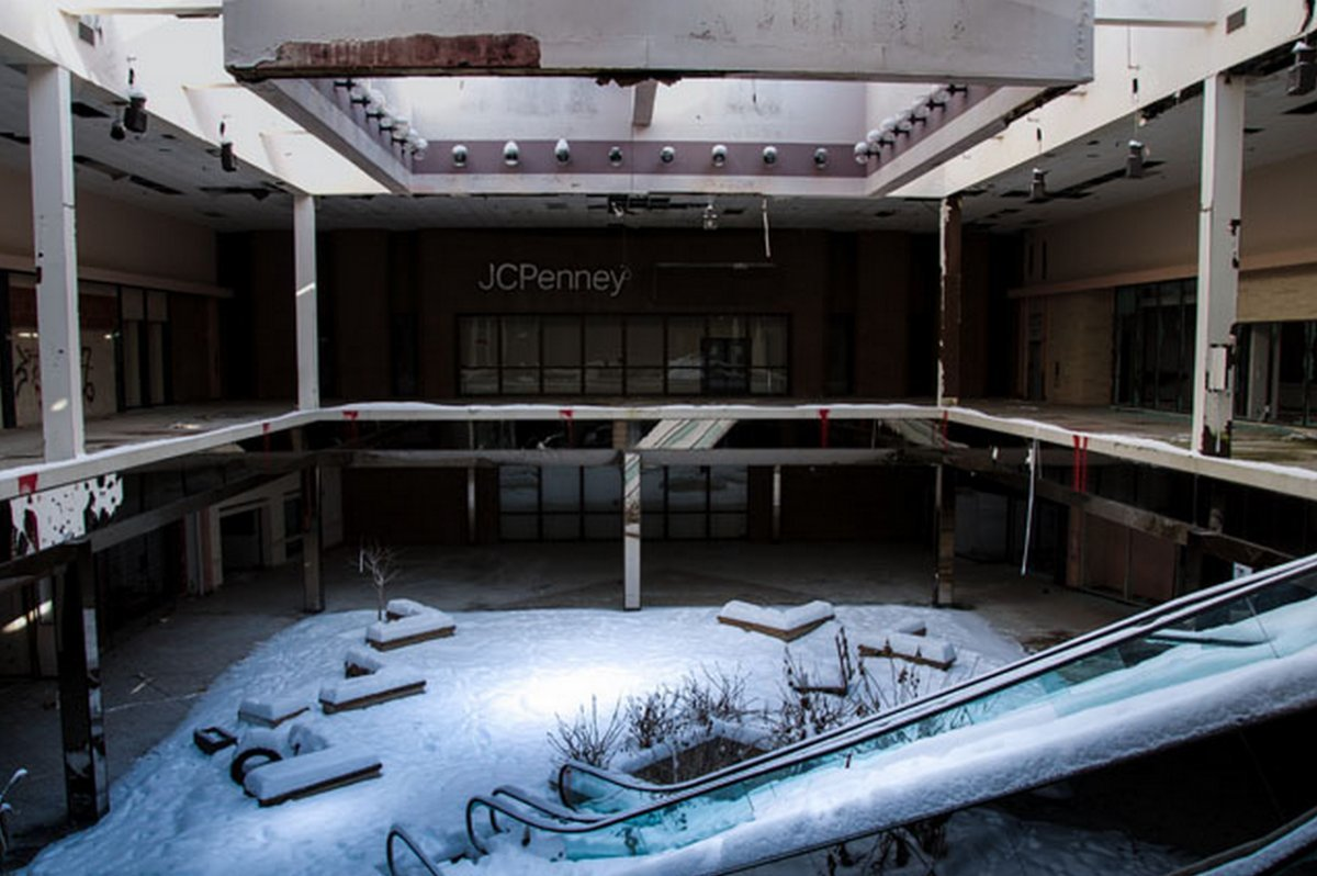 閉鎖したショッピングモールの内部