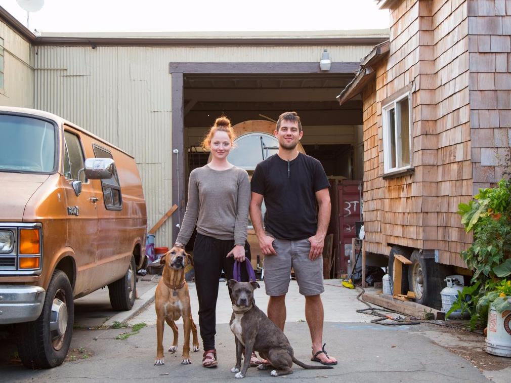 サンフランシスコの小さな家で暮らすカップル。