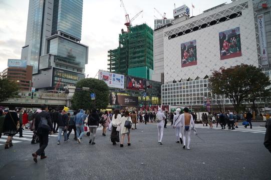 [写真レポ]ハロウィンナイトから一夜明けたゴミだらけの渋谷。午前6時、日常が戻りはじめた