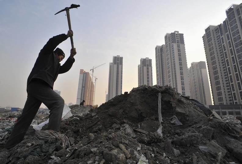 リサイクル可能な物を探す中国の男性