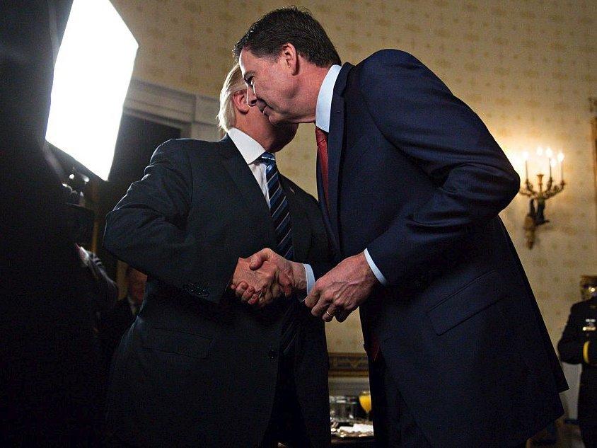 コミー氏と握手するトランプ大統領