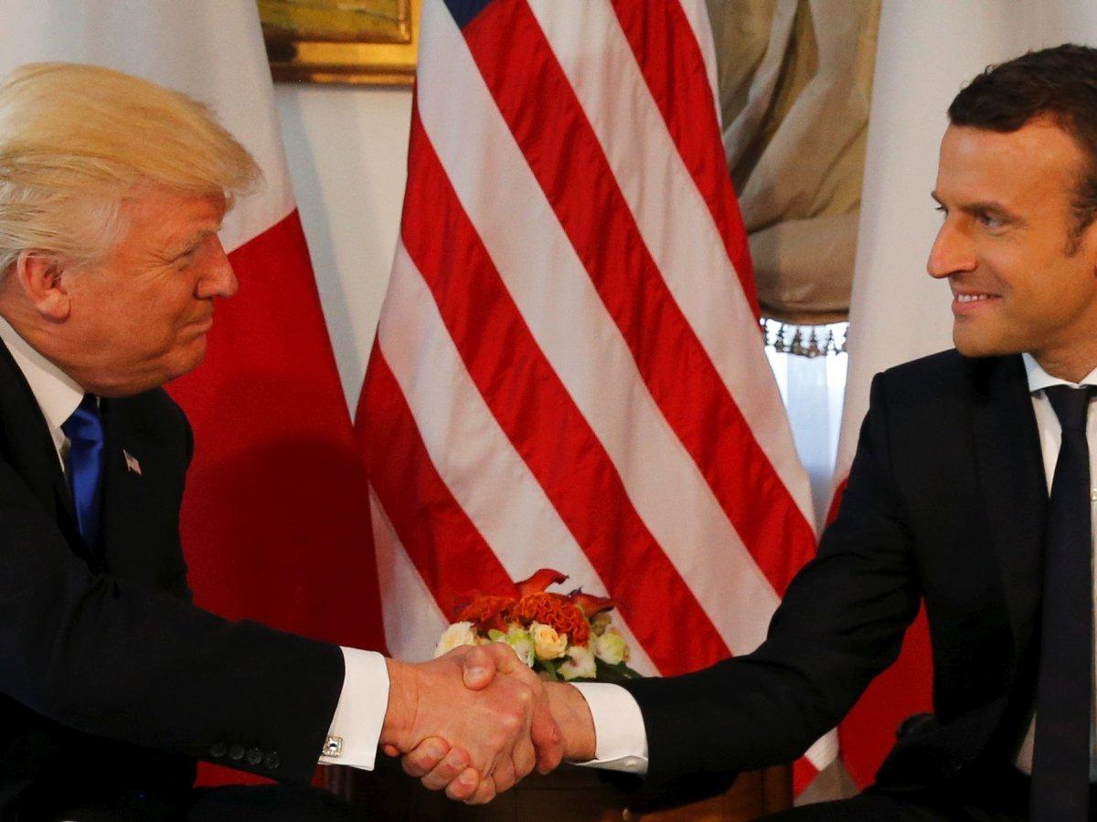 フランスのマクロン大統領と握手するトランプ大統領