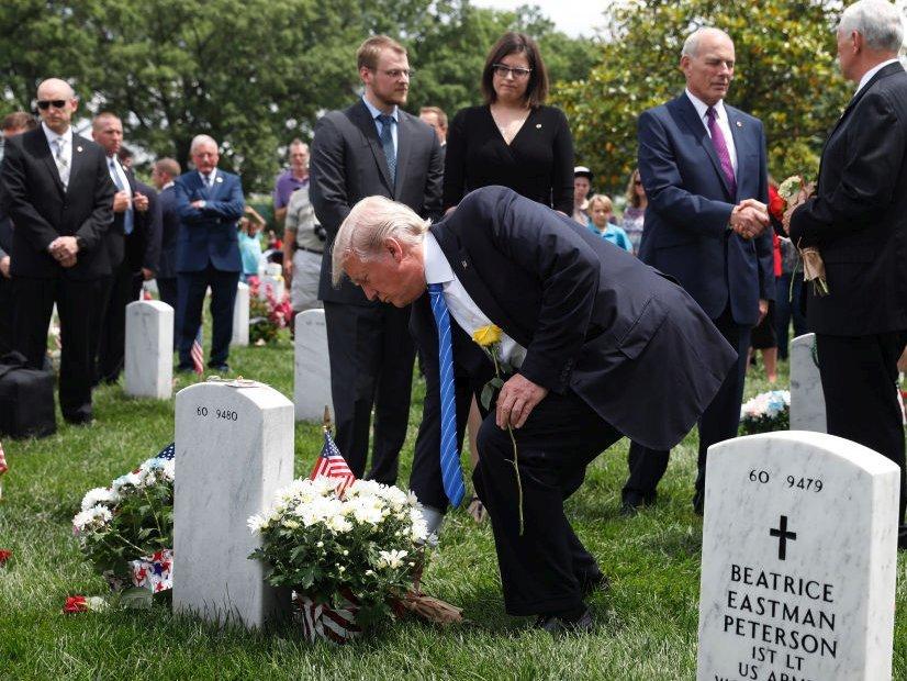 墓地を訪れたトランプ大統領