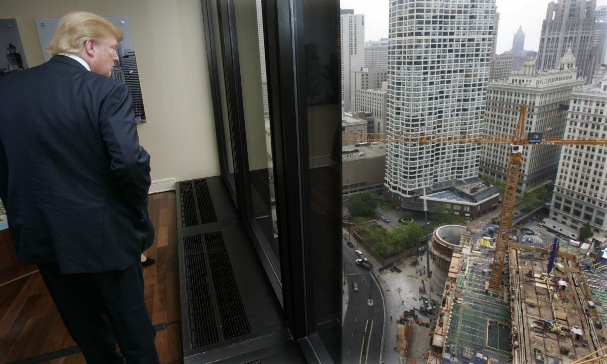 建設現場を視察するトランプ氏