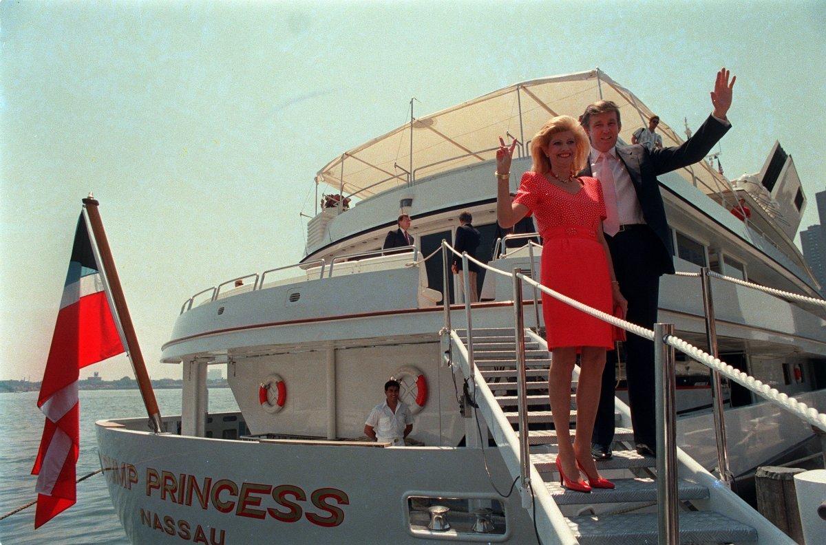 手を振るトランプ氏と元妻