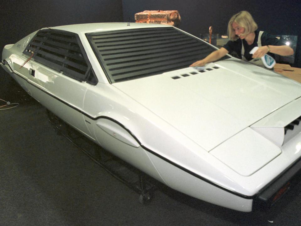 白いスポーツカー