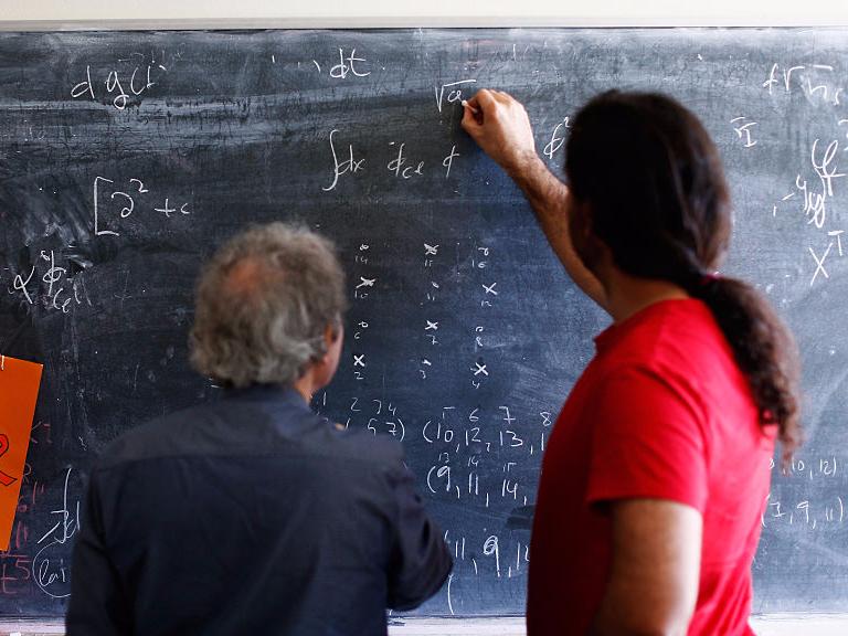 黒板で計算する人々
