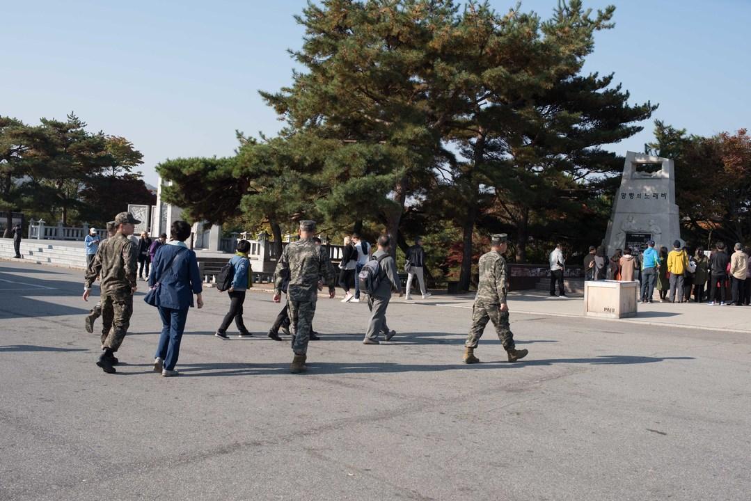 臨津閣内を歩く兵士たち