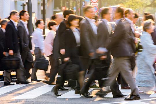 横断歩道を通行する働く人たち