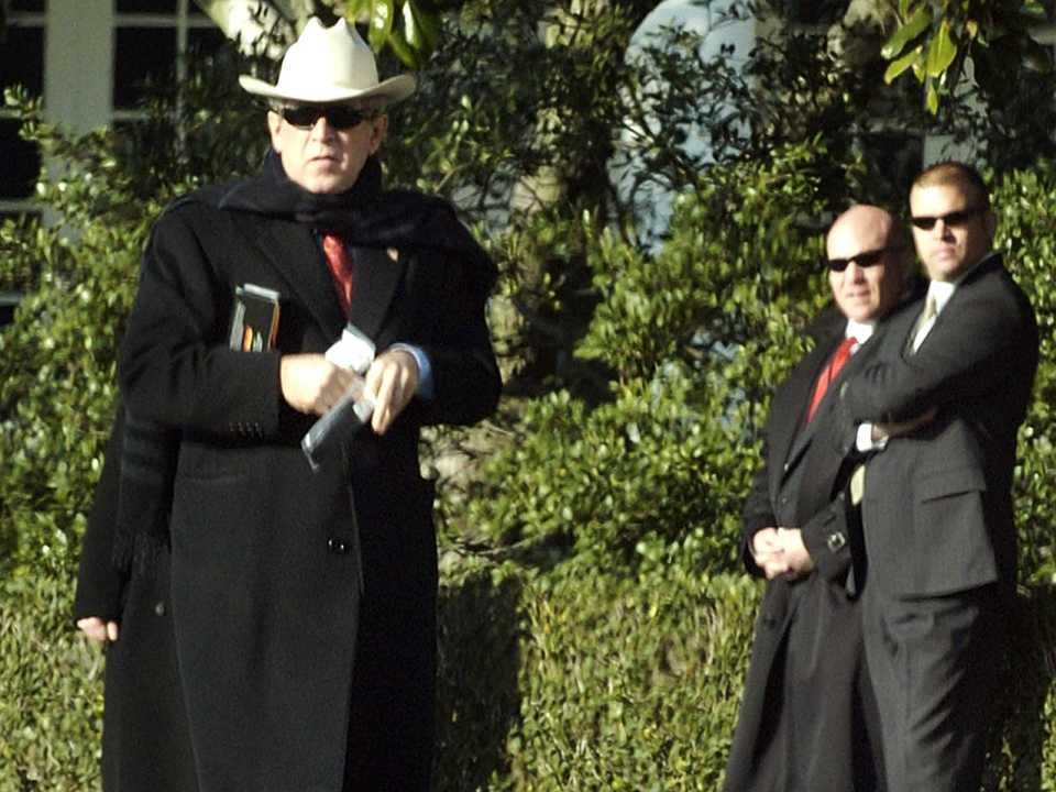 黒いコートにカーボーイハットを合わせたブッシュ氏