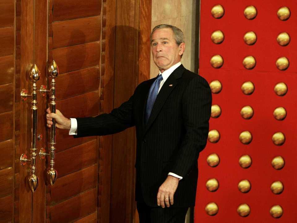ドアの前に立ち尽くすブッシュ氏